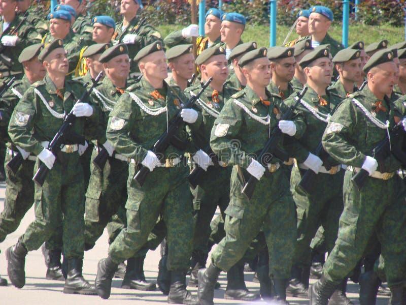 LUGANSK, UCRANIA - 9 DE MAYO DE 2016: desfile 9 de mayo militar en Lugansk (LNR) imagen de archivo libre de regalías
