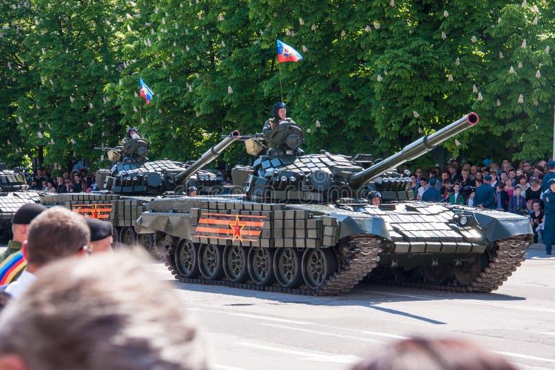 LUGANSK, UCRANIA - 9 DE MAYO DE 2016: desfile 9 de mayo militar en Lugansk (LNR) imágenes de archivo libres de regalías
