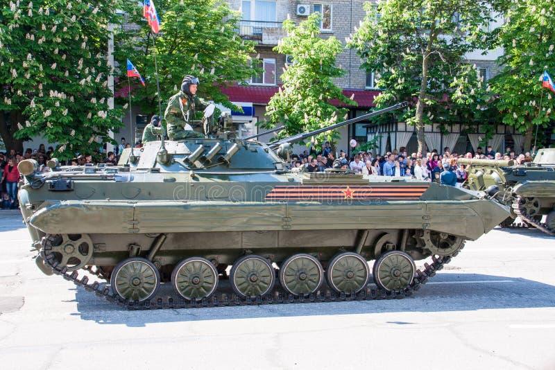 LUGANSK, UCRANIA - 9 DE MAYO DE 2016: desfile 9 de mayo militar en Lugansk (LNR) fotografía de archivo libre de regalías