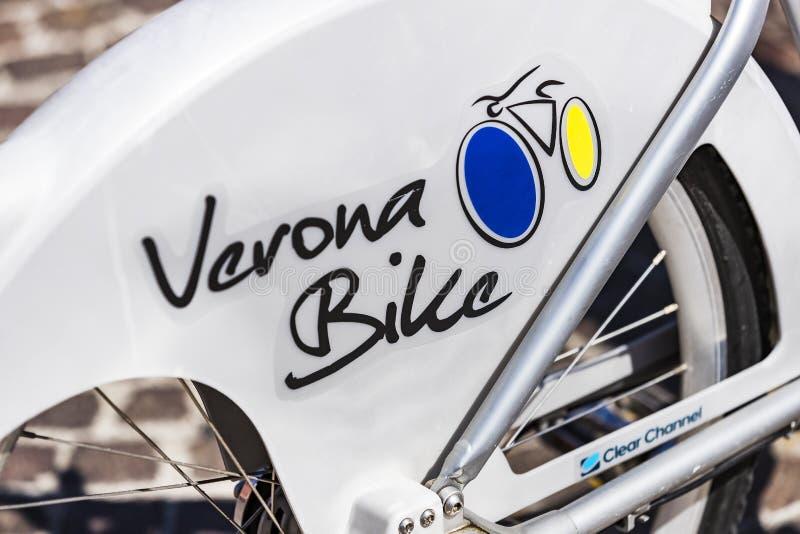 Lugar alugado da bicicleta da rua em Verona Italy imagens de stock royalty free