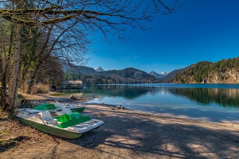 Lugar bonito: Barco em um lago id?lico foto de stock