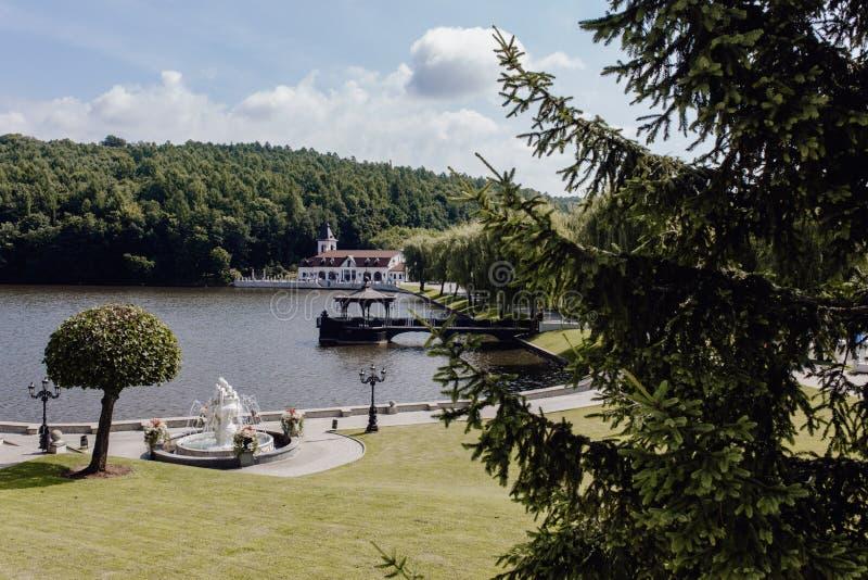 Lugar bonito da natureza com lago e árvores fotos de stock royalty free
