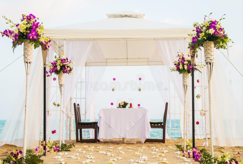 Lugar bonito para o jantar romântico na praia imagem de stock royalty free
