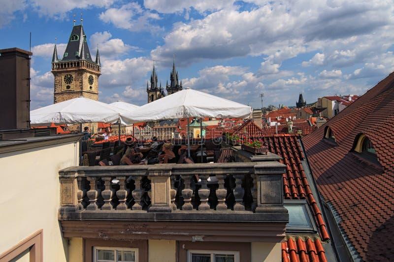 Lugar bonito a relaxar com uma vista inesquecível da cidade velha de Praga ` Famoso do príncipe de Terasa U do ` do restaurante fotografia de stock