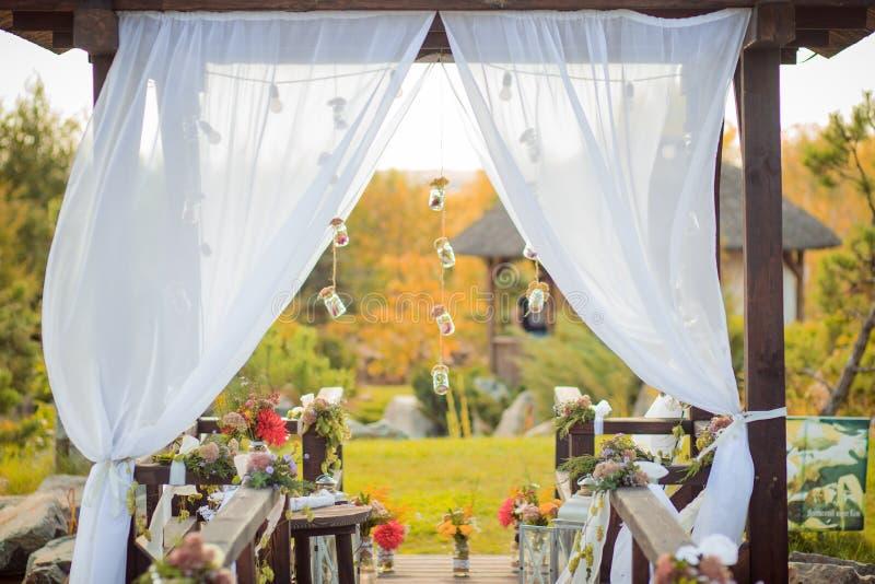 Lugar da cerimônia de casamento em um estilo rústico fotografia de stock