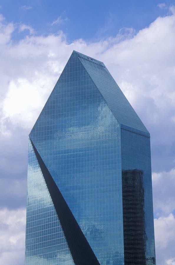 Lugar da fonte em Dallas, TX contra o céu azul imagem de stock
