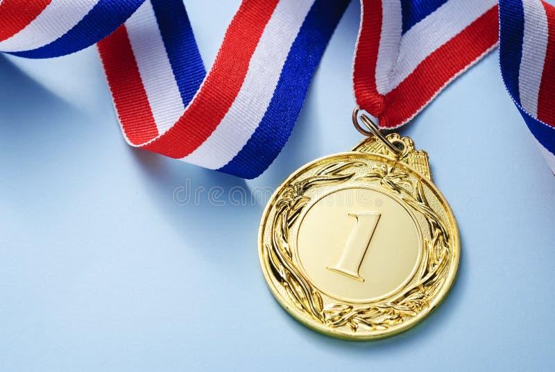 Lugar da medalha de ouro 1 com uma fita foto de stock