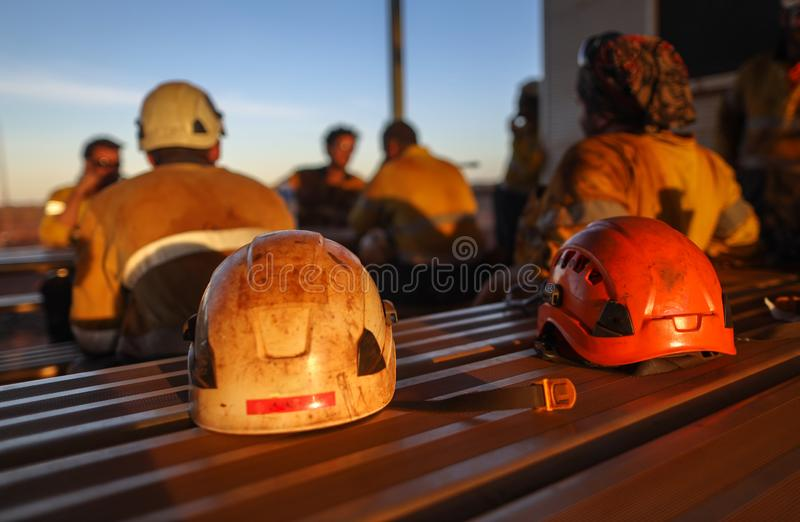 Lugar da proteção principal de capacete de segurança do mineiro do acesso da corda vermelha no local Perth da mina da tabela, Aus foto de stock