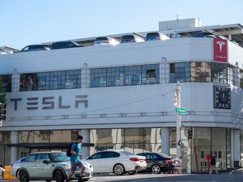 Lugar da sala de exposições dos automóveis de Tesla em San Francisco do centro sobre imagens de stock