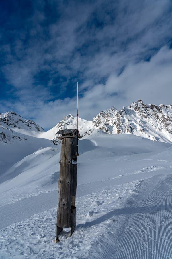 Lugar de alimentação de madeira para pássaros com uma haste de relâmpago nos cumes altos imagem de stock