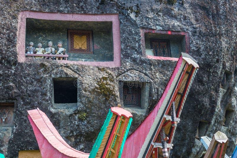 Lugar de enterramiento tradicional en Tana Toraja, Sulawesi, Indonesia fotos de archivo
