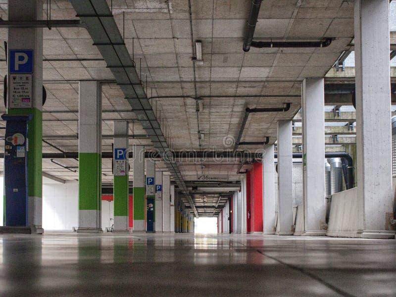 Lugar de estacionamento em uma construção moderna imagem de stock