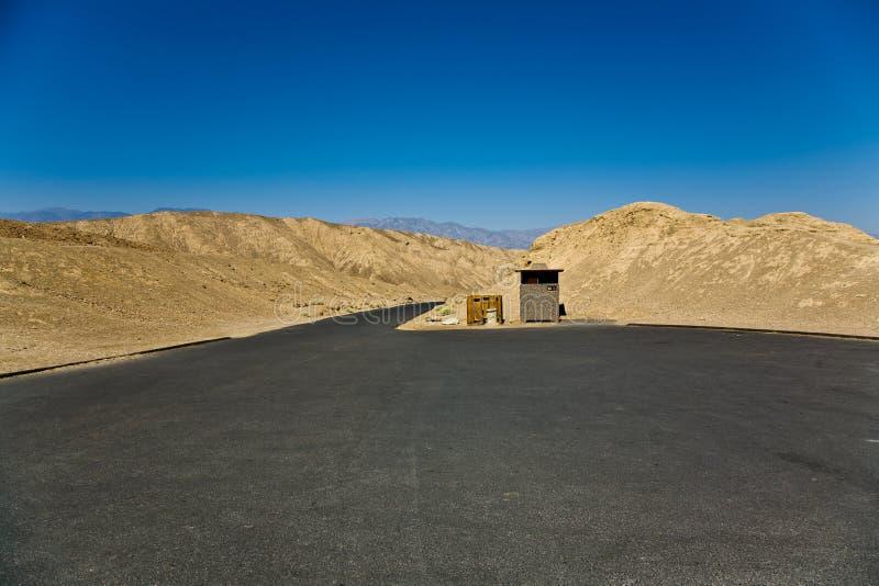 Lugar de estacionamento vazio no parque nacional de Vale da Morte imagens de stock