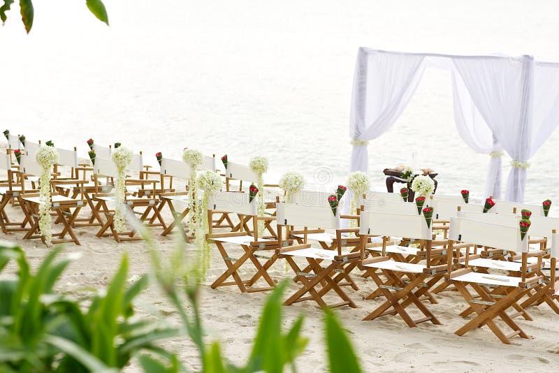 Lugar de la boda de playa de la silla de la disposición foto de archivo
