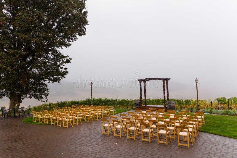 Lugar de la ceremonia de boda de la tormenta de la lluvia imagen de archivo