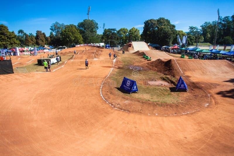 Lugar de la pista de suciedad del ciclo de BMX imagen de archivo