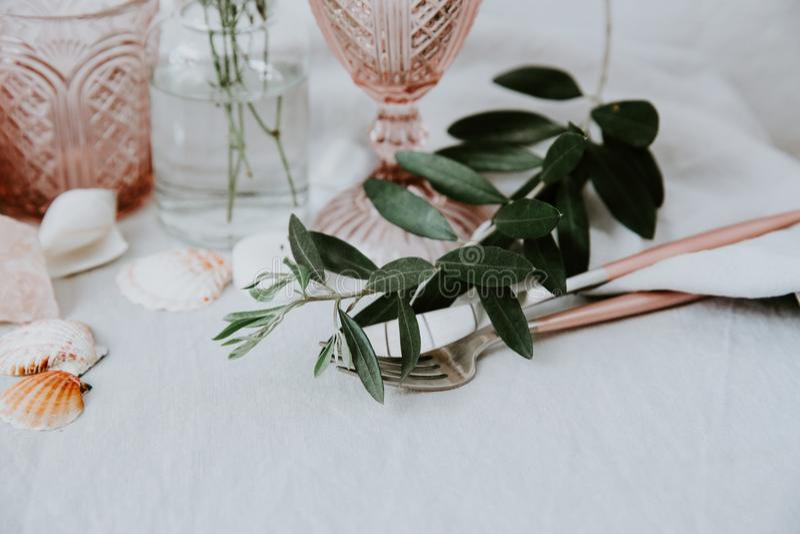 Lugar de la tabla de la boda, tarjeta de reserva, maqueta del menú Fotografía de la moda del vintage Diseño de la cena de boda fotos de archivo