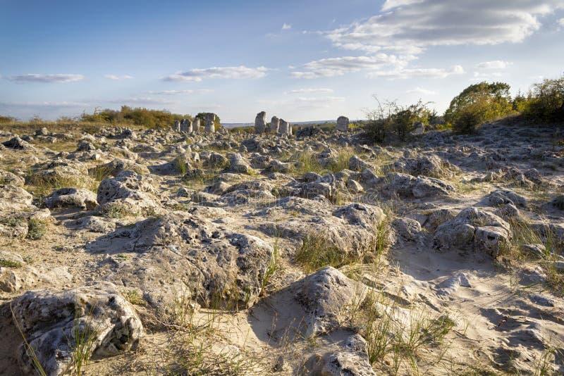 Lugar de piedra del desierto, kamani de Pobiti cerca de la ciudad de Varna foto de archivo