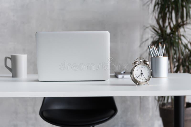 Lugar de trabajo acogedor para la persona ocupada imagen de archivo libre de regalías