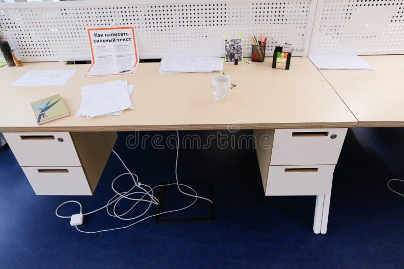 Lugar de trabajo bien equipado en oficina en sitio brillante del ` s de la compañía fotografía de archivo