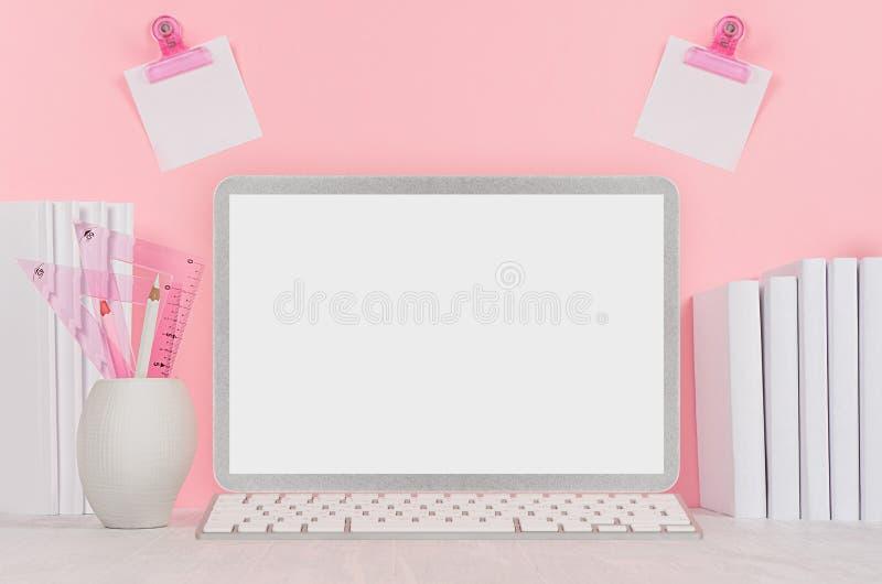 Lugar de trabajo casero elegante con el cuaderno en blanco de plata elegante y los efectos de escritorio blancos, etiquetas engom fotografía de archivo libre de regalías