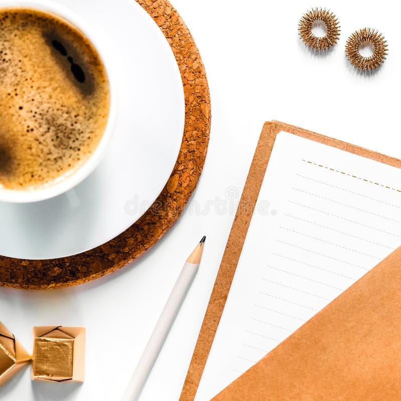 Lugar de trabajo con café express y la libreta imagenes de archivo