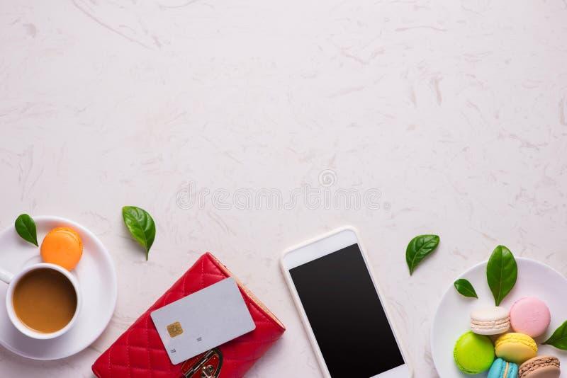 Lugar de trabajo con la cartera y el smartphone de cuero rojos elegantes imagenes de archivo