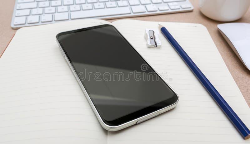 Lugar de trabajo con la maqueta moderna del teléfono móvil libre illustration