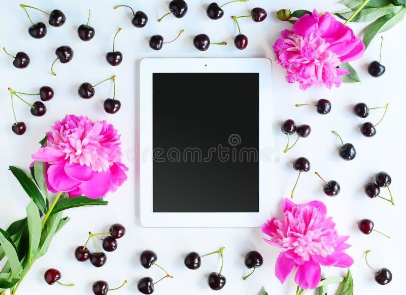 Lugar de trabajo con la tableta fotografía de archivo