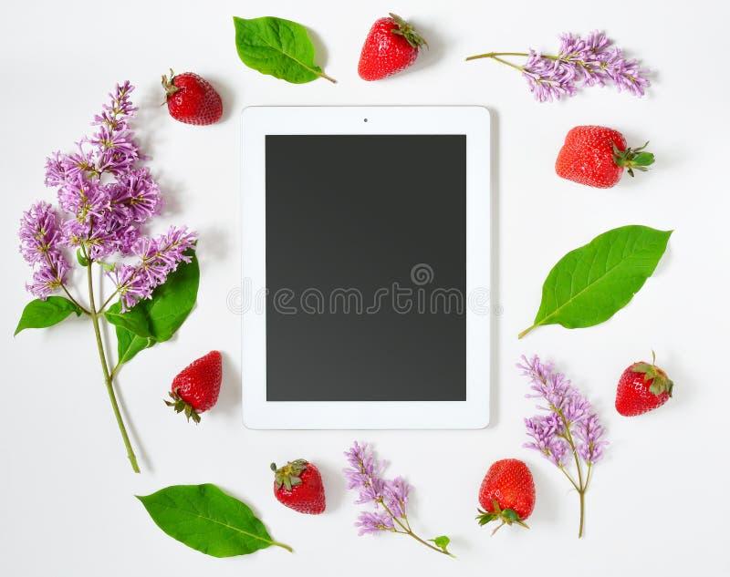 Lugar de trabajo con la tableta foto de archivo libre de regalías