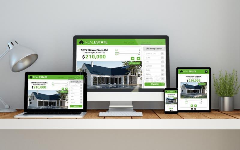 lugar de trabajo con sitio web responsivo en línea de las propiedades inmobiliarias en los dispositivos fotos de archivo libres de regalías