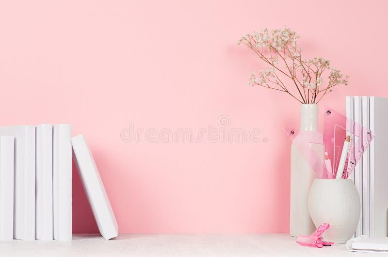 Lugar de trabajo creativo de los diseñadores - interior en colores pastel rosa claro con los efectos de escritorio blancos de la  imagen de archivo libre de regalías
