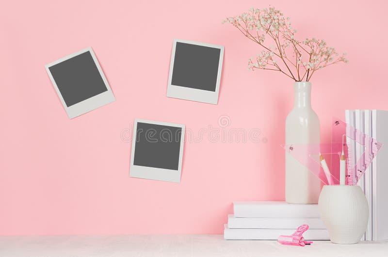 Lugar de trabajo creativo de los diseñadores - polaroid en blanco tres en la pared y los efectos de escritorio blancos de la ofic fotos de archivo