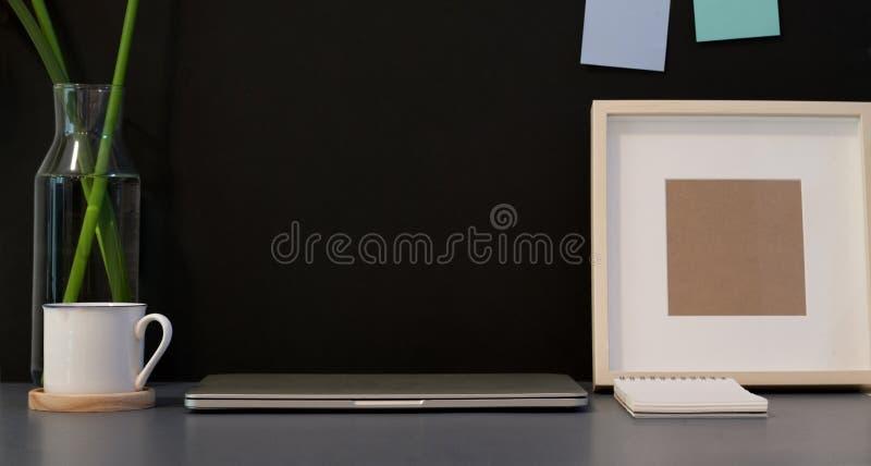 Lugar de trabajo creativo oscuro elegante foto de archivo libre de regalías