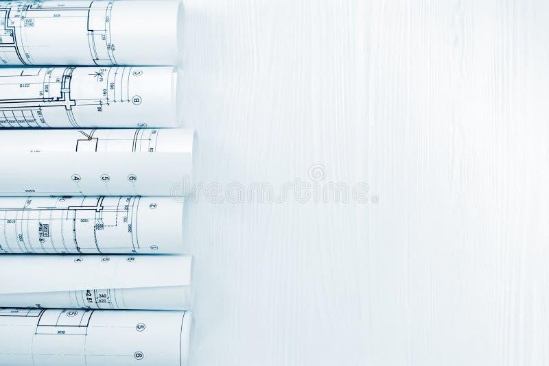 Lugar de trabajo del arquitecto con los modelos arquitectónicos rodados y el pla imagen de archivo libre de regalías