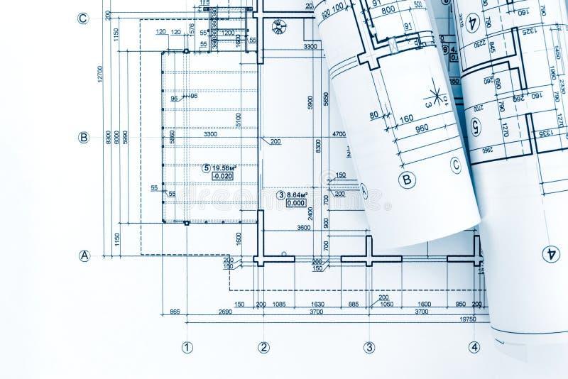 Lugar de trabajo del arquitecto con los rollos de modelos y del drawi técnico imagen de archivo libre de regalías