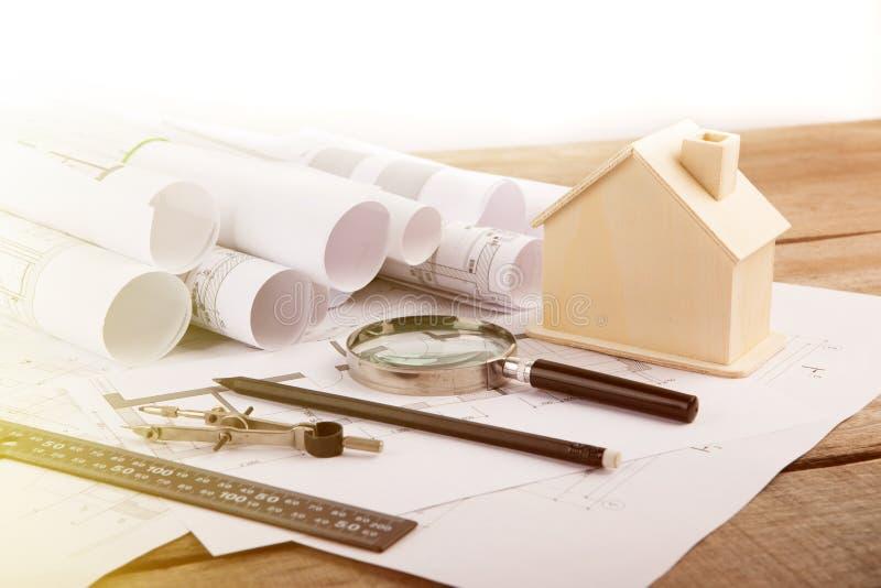Lugar de trabajo del arquitecto - dibujos de construcci?n, modelo de escala y herramientas fotos de archivo