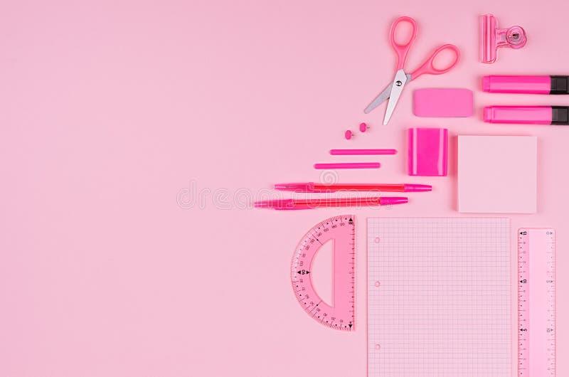 Lugar de trabajo del arte del concepto para los diseñadores - accesorios rosados de la oficina del color en el fondo rosa claro s fotos de archivo