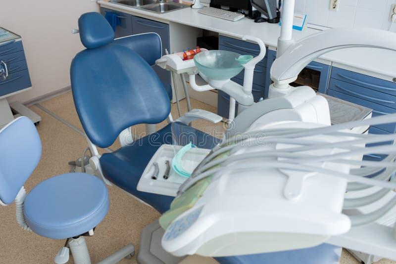 Lugar de trabajo del dentista en luz del día imagenes de archivo