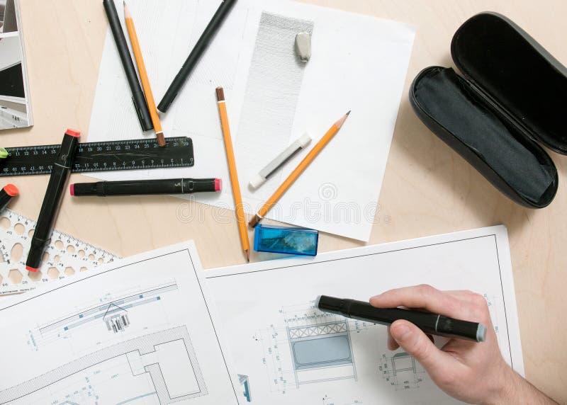 Lugar de trabajo del diseñador El ingeniero proyecta los muebles imagenes de archivo