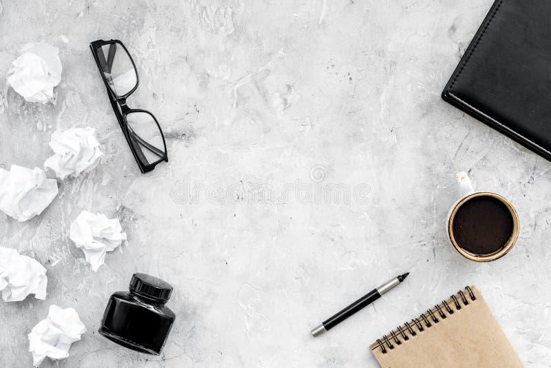 Lugar de trabajo del escritor con las herramientas para el trabajo sobre la maqueta de piedra de la opinión superior del fondo de fotos de archivo libres de regalías