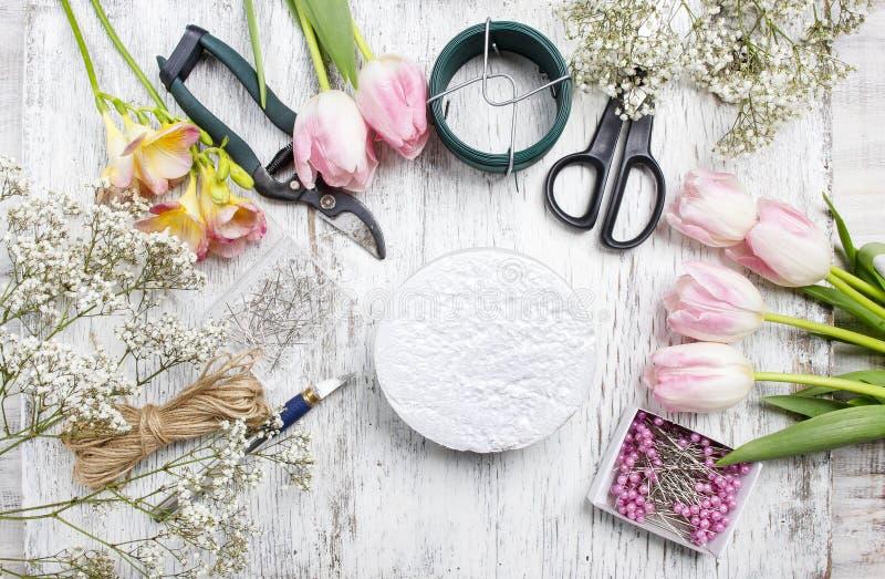 Lugar de trabajo del florista: mujer que toma medidas florales imagen de archivo