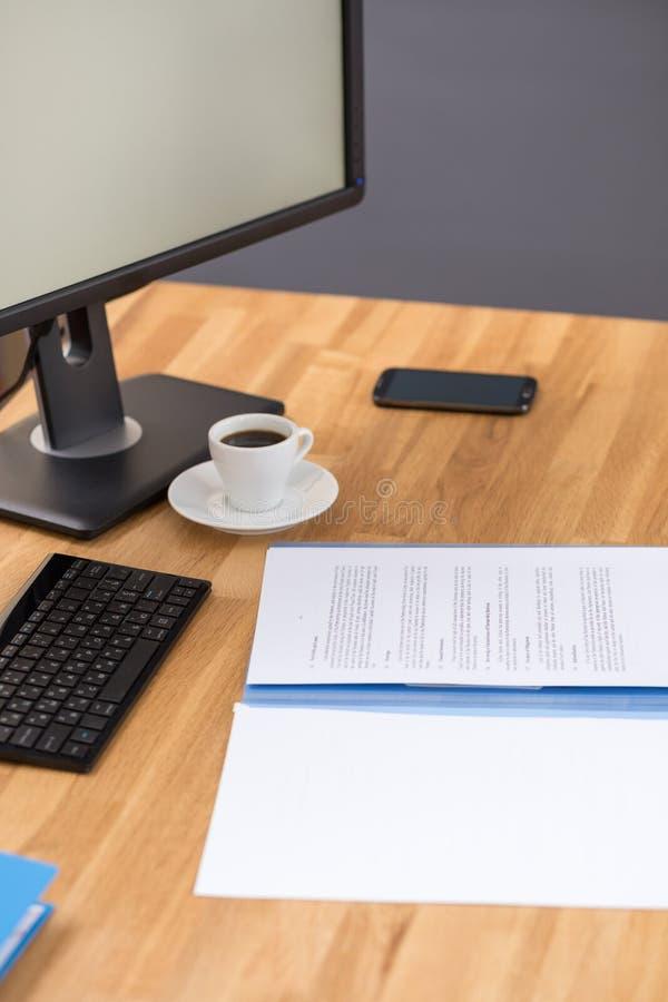 Lugar de trabajo del negocio con los papeles y el café de ordenador fotos de archivo libres de regalías