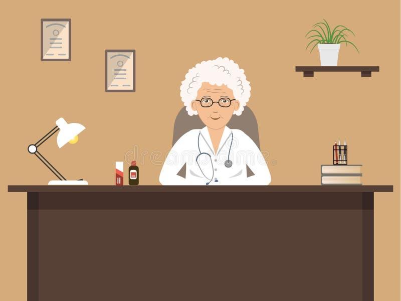 Lugar de trabajo del ` s del doctor Un doctor de sexo femenino mayor se está sentando en el escritorio