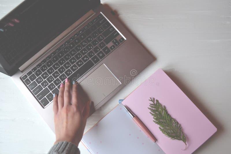 Lugar de trabajo hermoso Negocios Ordenador portátil en el escritorio imagen de archivo libre de regalías