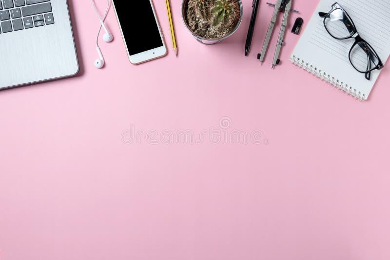 Lugar de trabajo mínimo del escritorio de oficina con el espacio de la copia del cuaderno, de las lentes, de los lápices, del sma fotografía de archivo libre de regalías