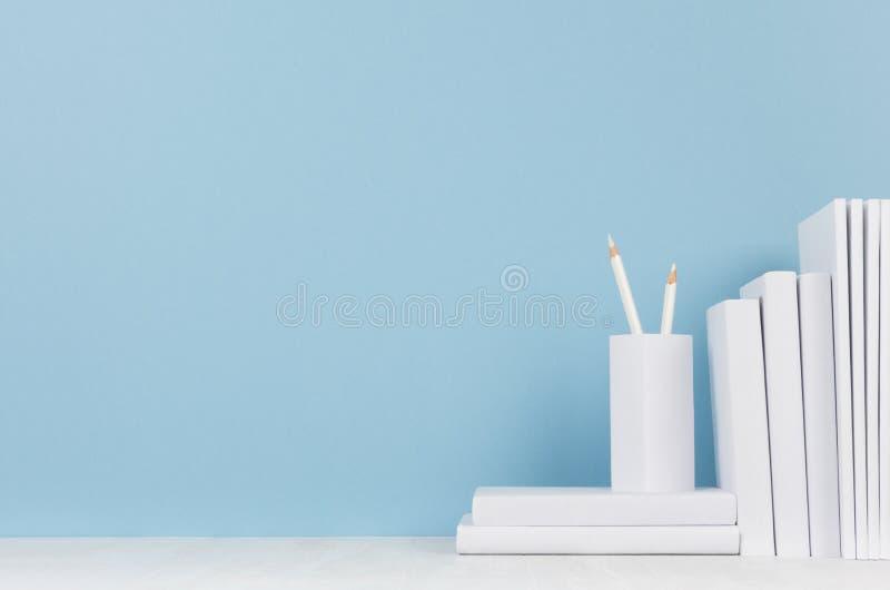 Lugar de trabajo moderno del estilo - efectos de escritorio blancos en el escritorio azul suave del fondo y de la luz con el espa imagen de archivo