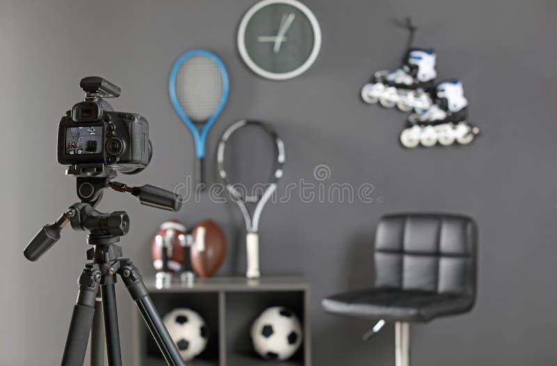 Lugar de trabajo para el blogger con la cámara y el equipo juguetón imagen de archivo