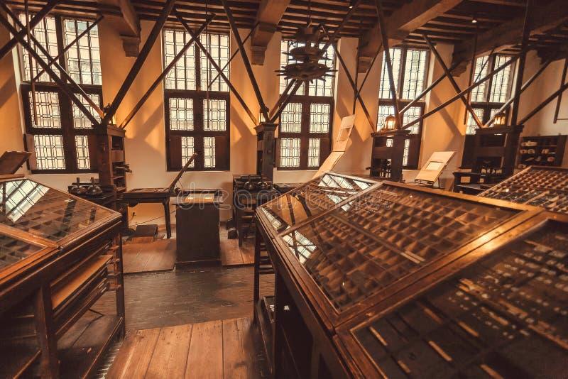 Lugar de trabajo de trabajadores tipográficos históricos en el museo de Plantin-Moretus, sitio de la impresión del patrimonio mun imagen de archivo