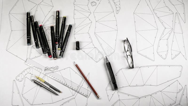 Lugar de trabajo de un diseñador del juguete Los marcadores, la regla, la pluma y el lápiz están en el dibujo foto de archivo libre de regalías